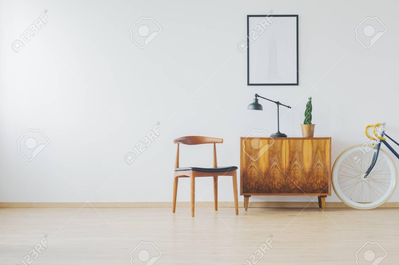 Chambre Spacieuse Tendance Avec Mobilier En Bois Ancien Mur Blanc