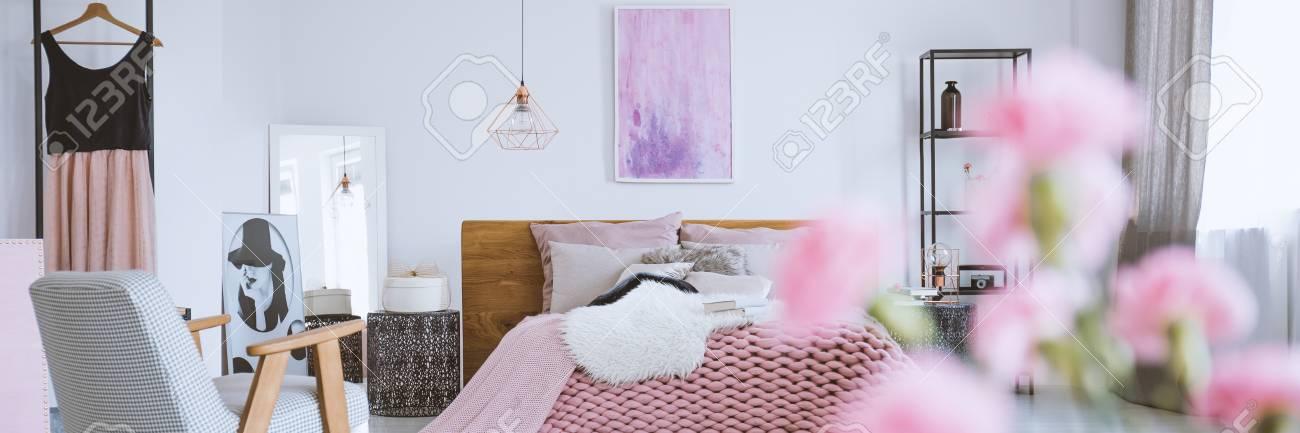 Kingsize Bett Aus Holz Mit Rosa Bettwasche Im Hellen Madchenzimmer