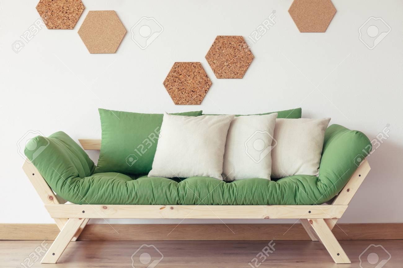 Cuscini Grigi.Immagini Stock Cuscini Grigi Sul Sofa Di Legno Verde Contro La