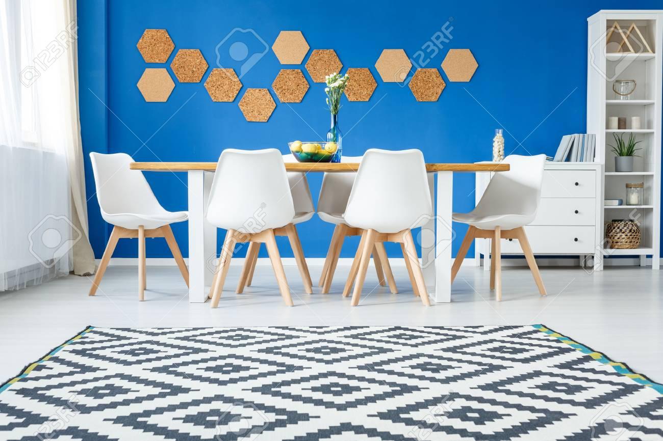 Banque Du0027images   Moquette Scandinave Dans Le Salon Moderne Avec Des  Meubles Blancs Et Liège Naturel Sur Mur Bleu