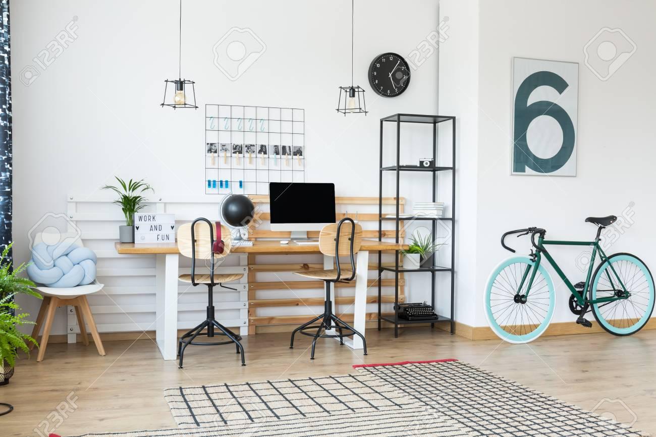 Fahrrad Und Blaues Kissen Auf Weissem Sessel In Der Ecke Des