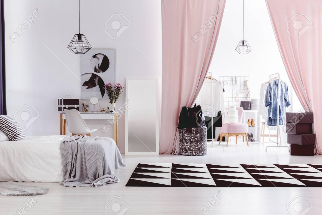Alfombra Blanca Y Negra En El Interior De La Habitacion De La Mujer