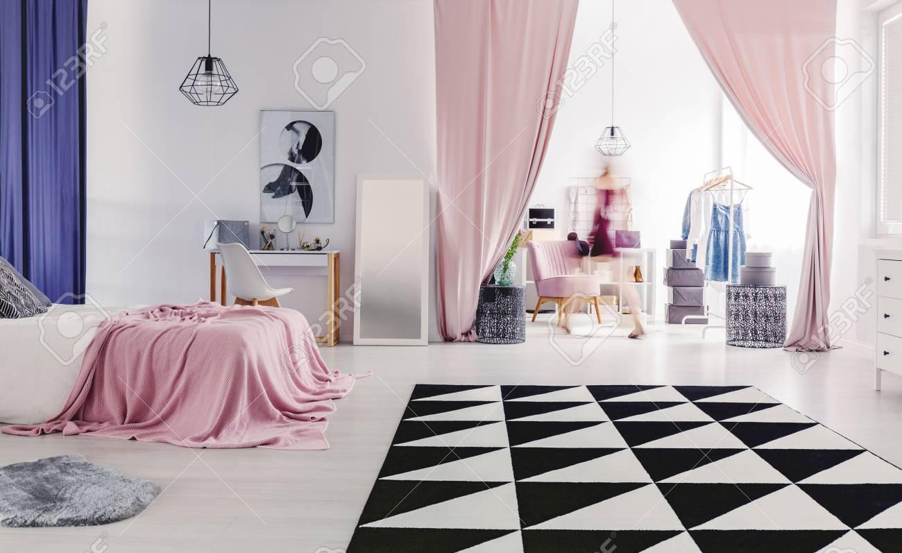 Banque Du0027images   Tapis Noir Et Blanc Sur Le Sol Dans Lu0027intérieur De La  Chambre à Coucher Confortable Avec Dressing