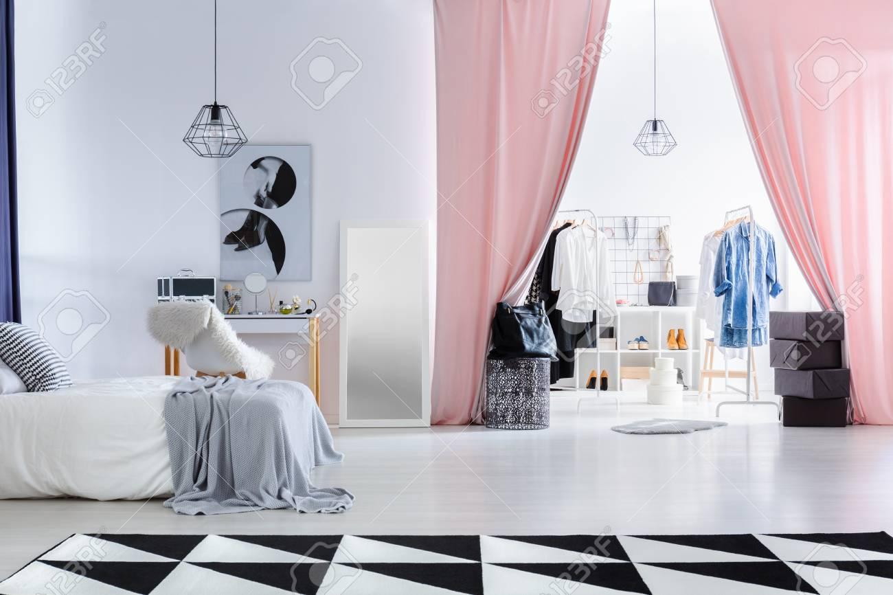 Modernes Schlafzimmer Mit Poster über Schminktisch Neben Eingang Zum ...