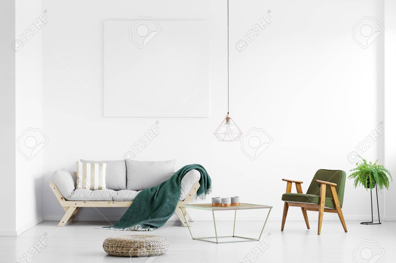 Couverture Vert Fonce Jete Sur Un Canape Gris Dans Le Salon Lumineux Avec Une Affiche Vide Et Un Fauteuil