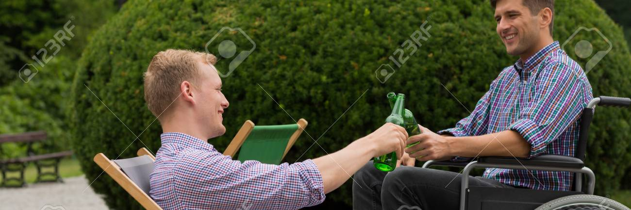 Amigo El Ruedas Con Silla En Cerveza Hombre Parque Una De Sonriente Su La EHY2DIW9