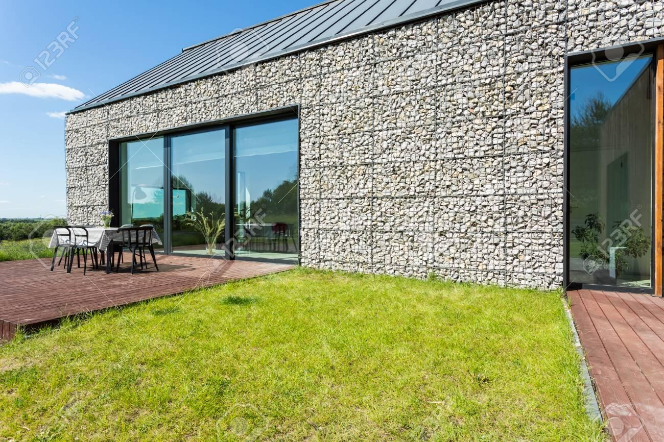 Moderna Casa De Campo De Piedra Con Terraza En Un Día Soleado