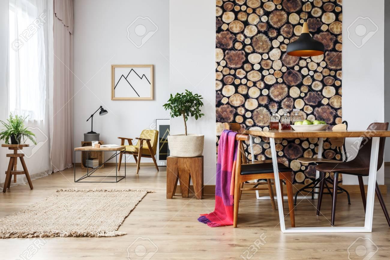 Rustikale Wohnung Mit Tisch Vier Stuhlen Und Einem Sessel Mit