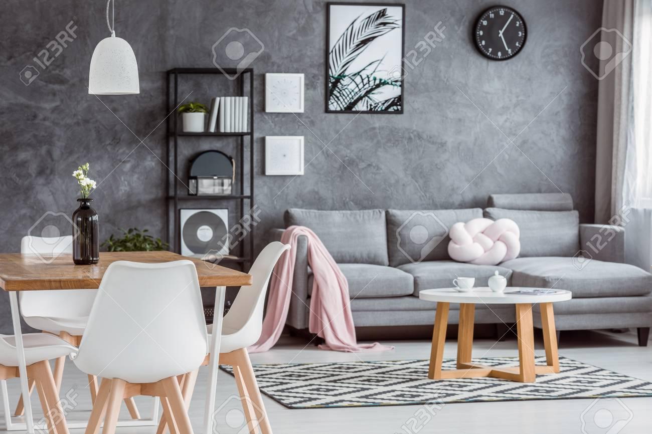 Appartement gris moderne avec salle à manger ouverte confortable et  intérieur minimaliste avec salon confortable avec canapé, table basse et ...