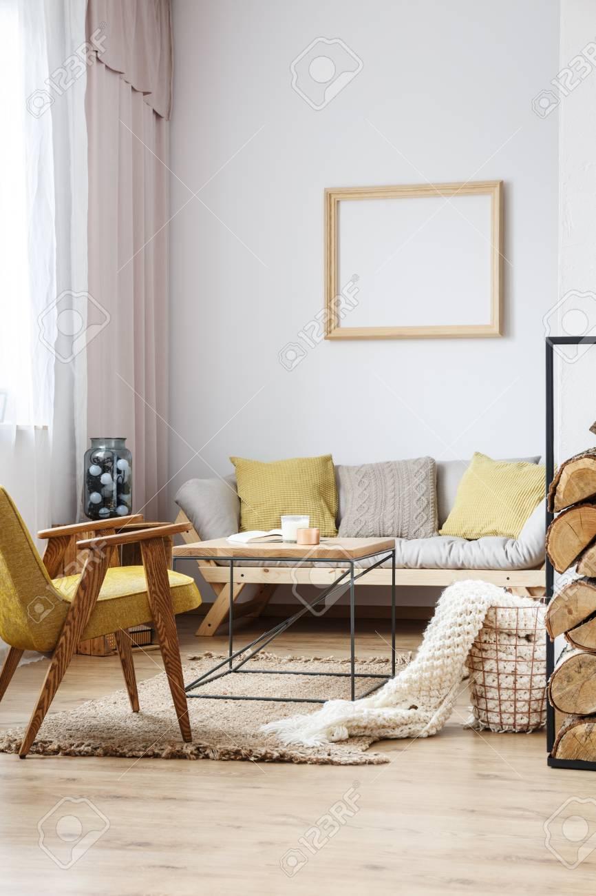 Esquina De Apartamento Con Sofa Beige Sillon De Mostaza Y Una Mesa Auxiliar En Estilo Rustico