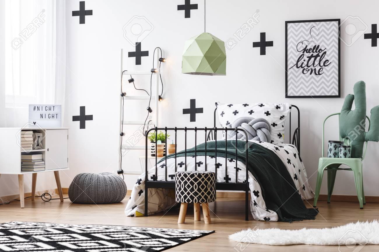 Schicke Grune Lampe Uber Bett Im Verruckten Schlafzimmer Mit Pouf