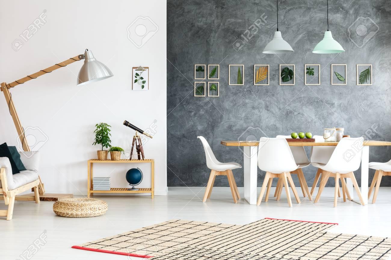 Interior De Apartamento Moderno Con Sofá De Madera En Sala Blanca Y ...