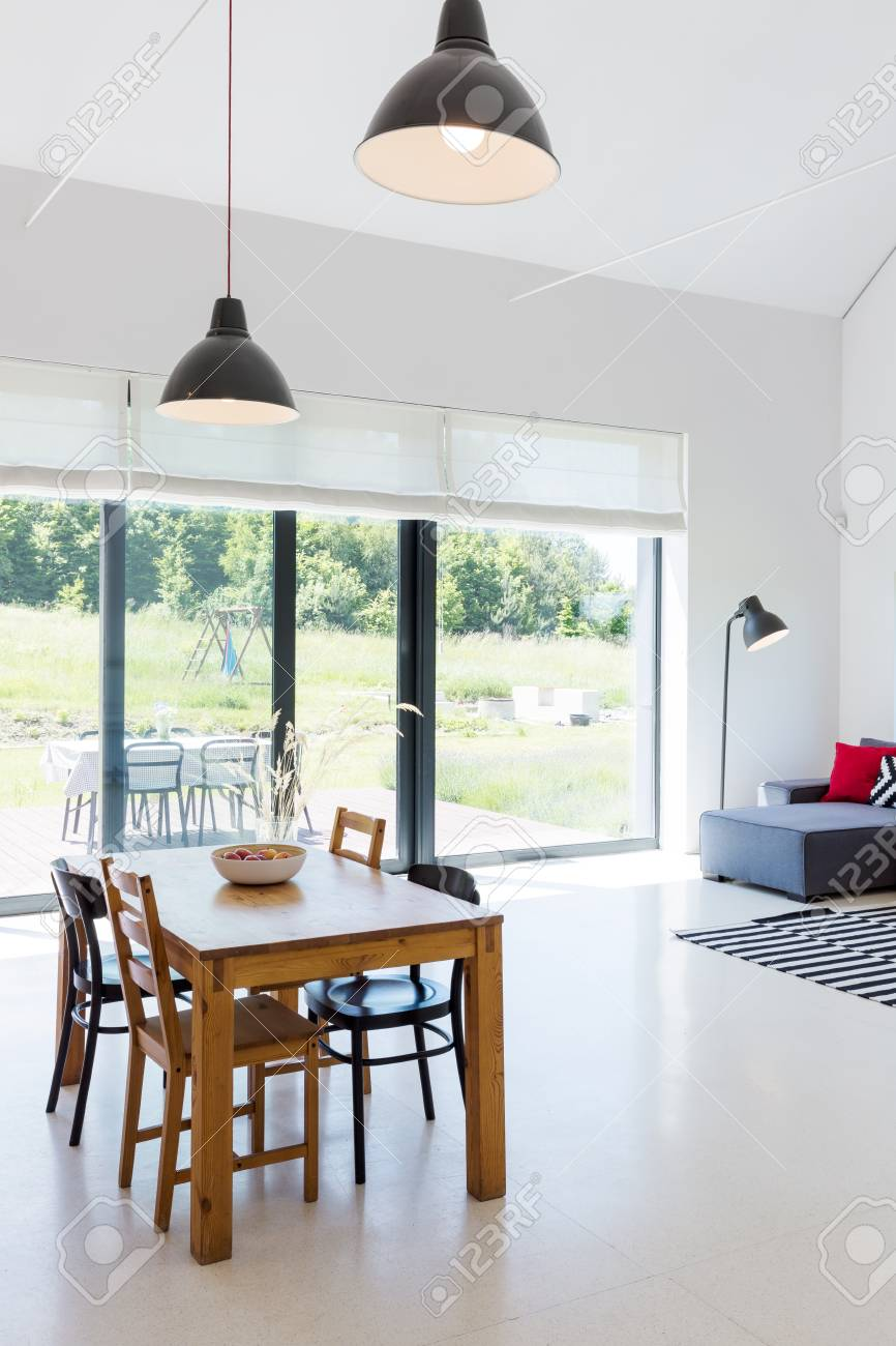 holztisch esszimmer, helles und einfaches esszimmer mit holztisch und stühlen lizenzfreie, Design ideen