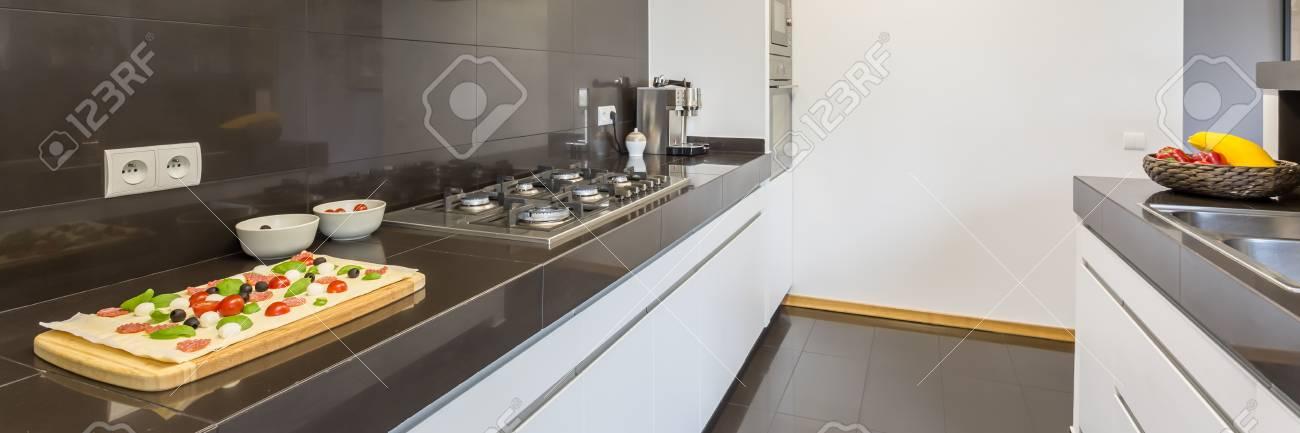 Parte Di Una Cucina Con Piano Di Lavoro, Lavandino E Macchina Per Il ...
