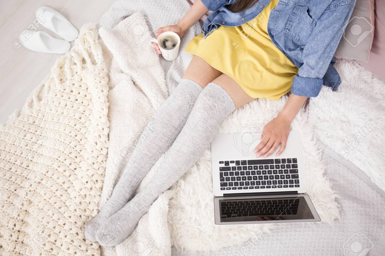 Angolo Del Letto : Foto di alto angolo del blogger in vestito giallo che riposa sul