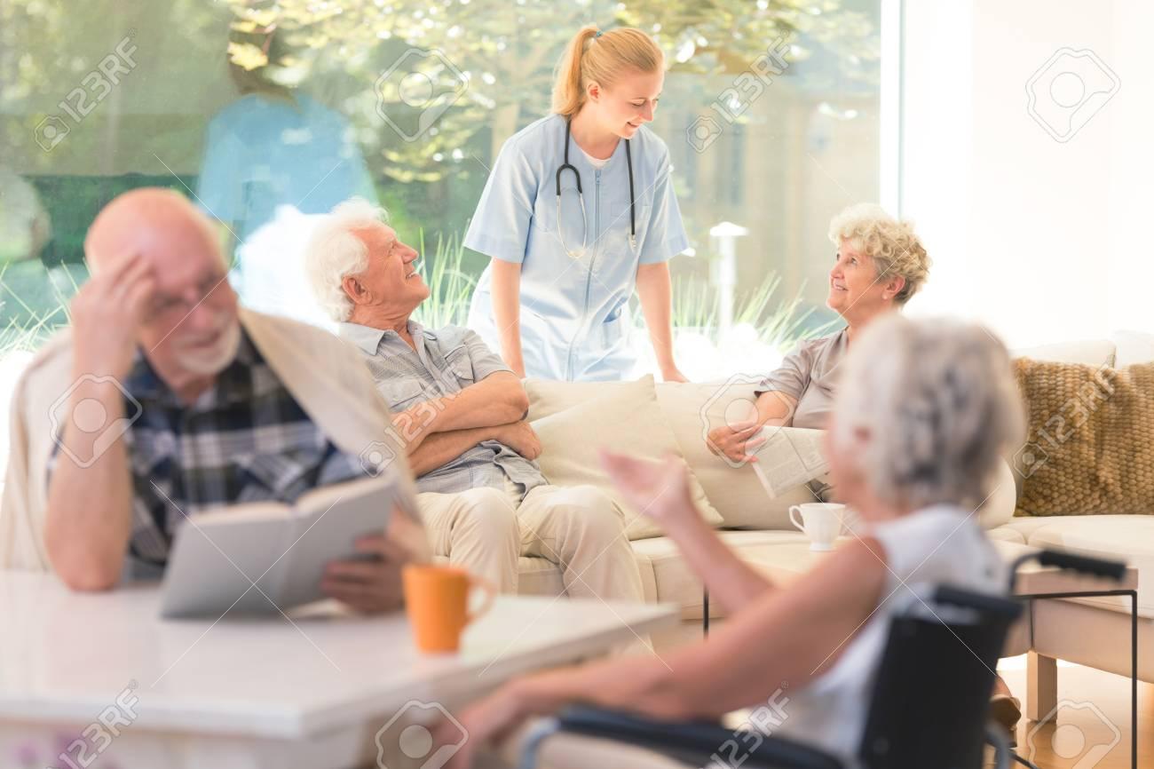 Risultati immagini per foto di anziani incasa di cura