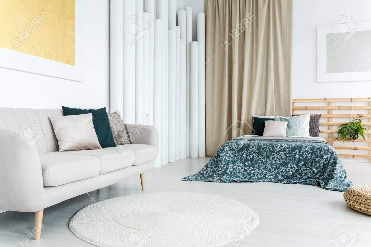 Fußboden Teppich ~ Runder weißer teppich auf dem fußboden im weiblichen raum mit bett