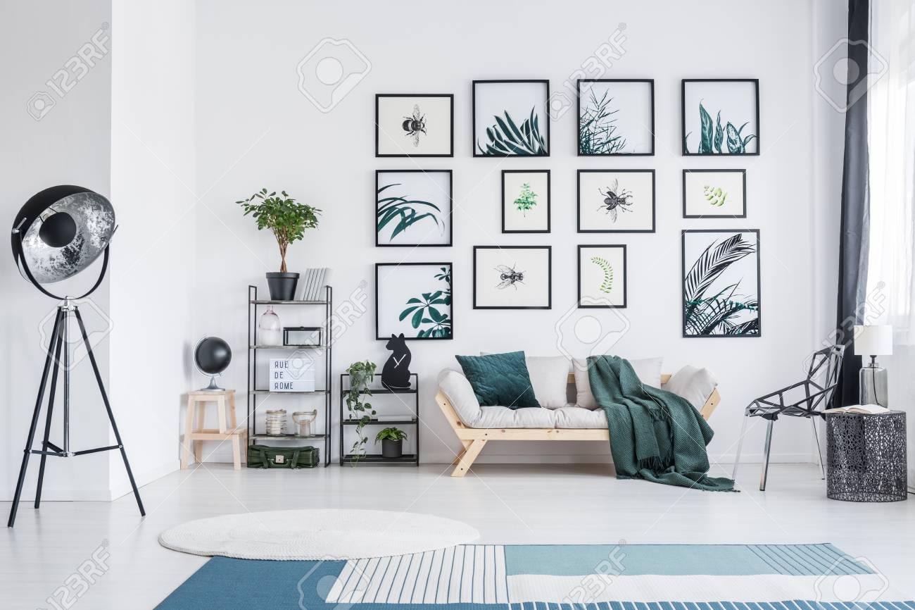 Blauer und weißer teppich und sofa im wohnzimmer mit