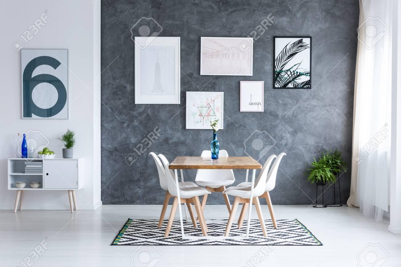 La Une À Avec Des Chaises Salle Vase Fleurs Tapis Géométrique Blanches Manger Un Sur Dans Table Carrée Bleu EIYHeW29D