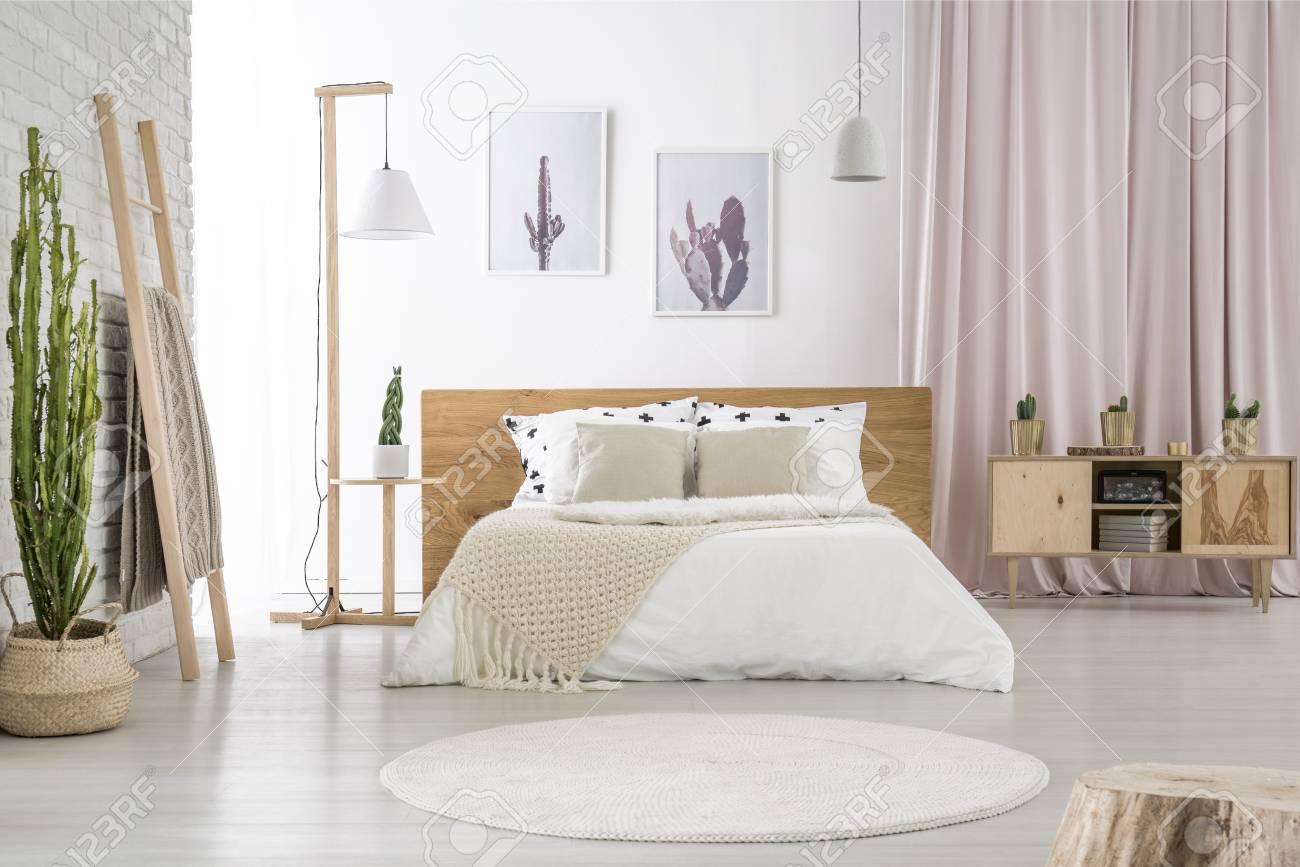 Entzuckend Standard Bild   Zwei Einfache Poster , Die An Weißer Wand Im Schlafzimmer  Mit Rosa Stoff Und Hölzernem Schrank Hängen