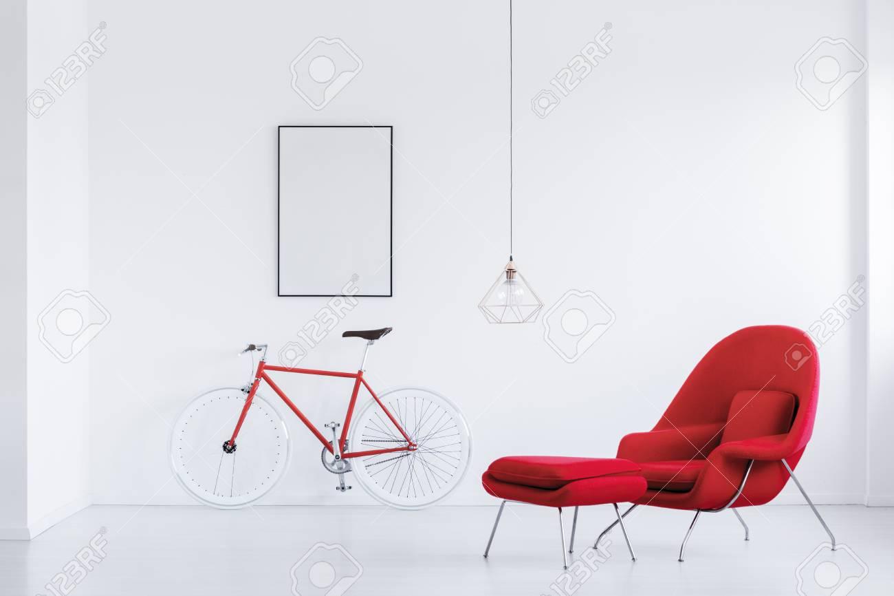 Modellplakat Auf Weißer Wand über Rotem Fahrrad Im Weißen Studio Mit ...