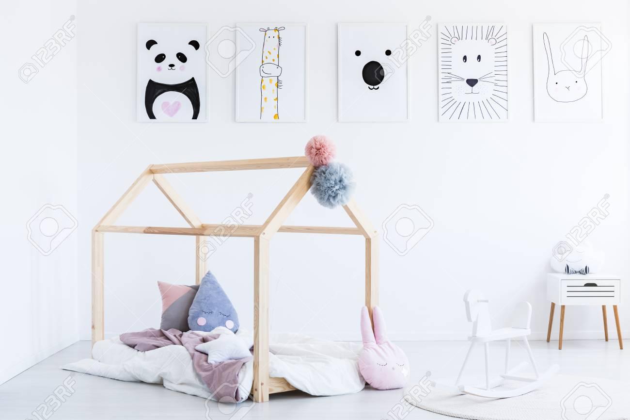 Cheval à Bascule Blanc Dans La Chambre Denfant Avec Lit Bricolage
