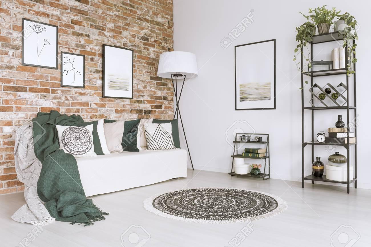 Grüne Decke Auf Weißem Sofa Und Kissen Im Wohnzimmer Mit Gemustertem ...
