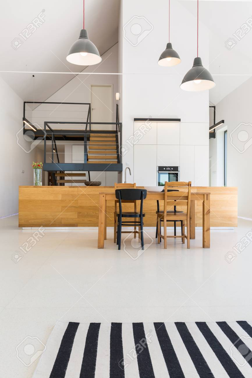 Aprire lo spazio domestico con tavolo in legno e piano cucina in legno