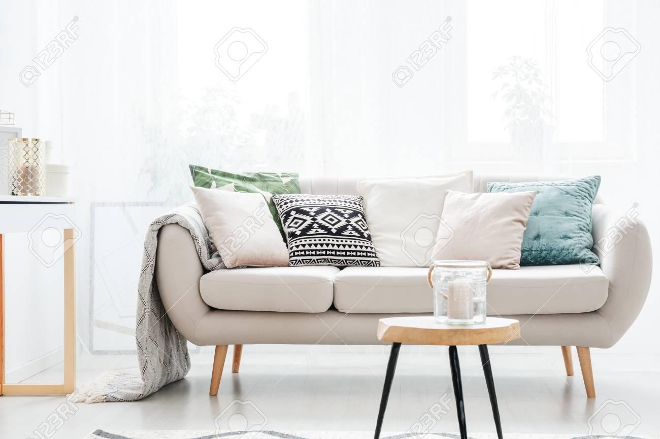Kerze In Einem Glasgefäß Auf Tabelle Vor Beige Sofa Mit Kissen Im ...
