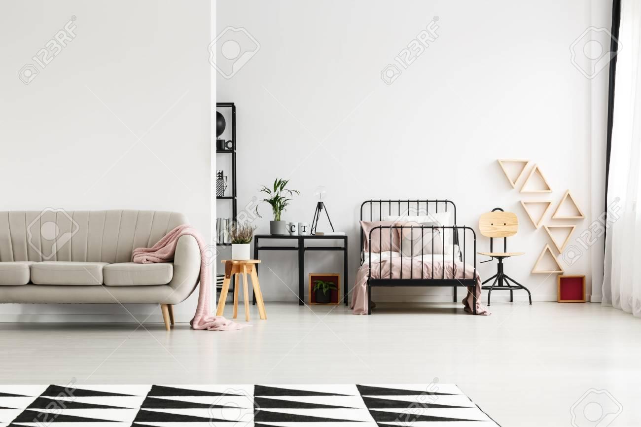 Graue Couch Mit Der Rosa Bettdecke, Die Im Mädchenhaften ...