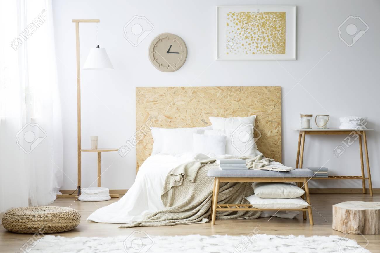 Papieruhr Und Goldmalerei An Der Wand über Dem Bett Mit Beige ...