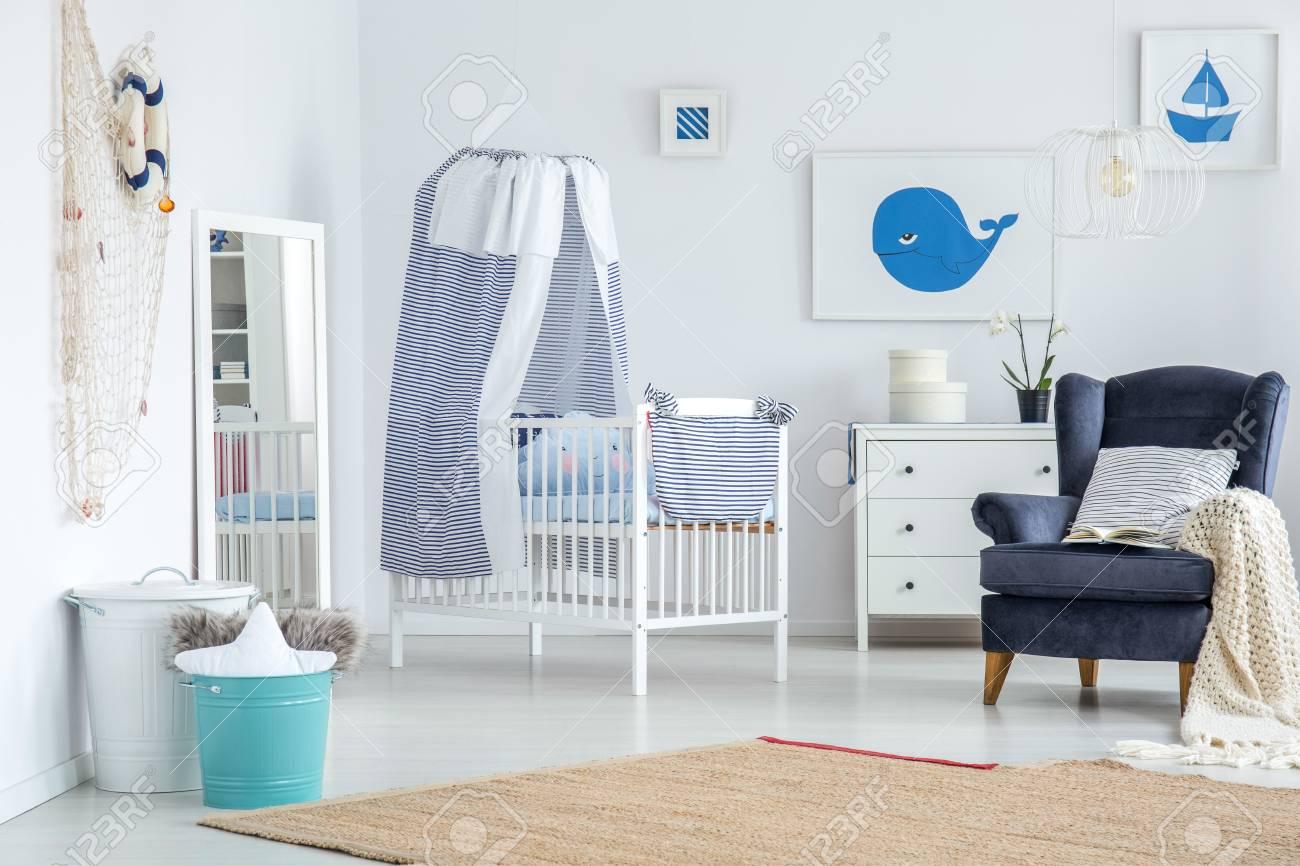 Miroir blanc placé dans le coin de la chambre de bébé avec tapis et  décorations