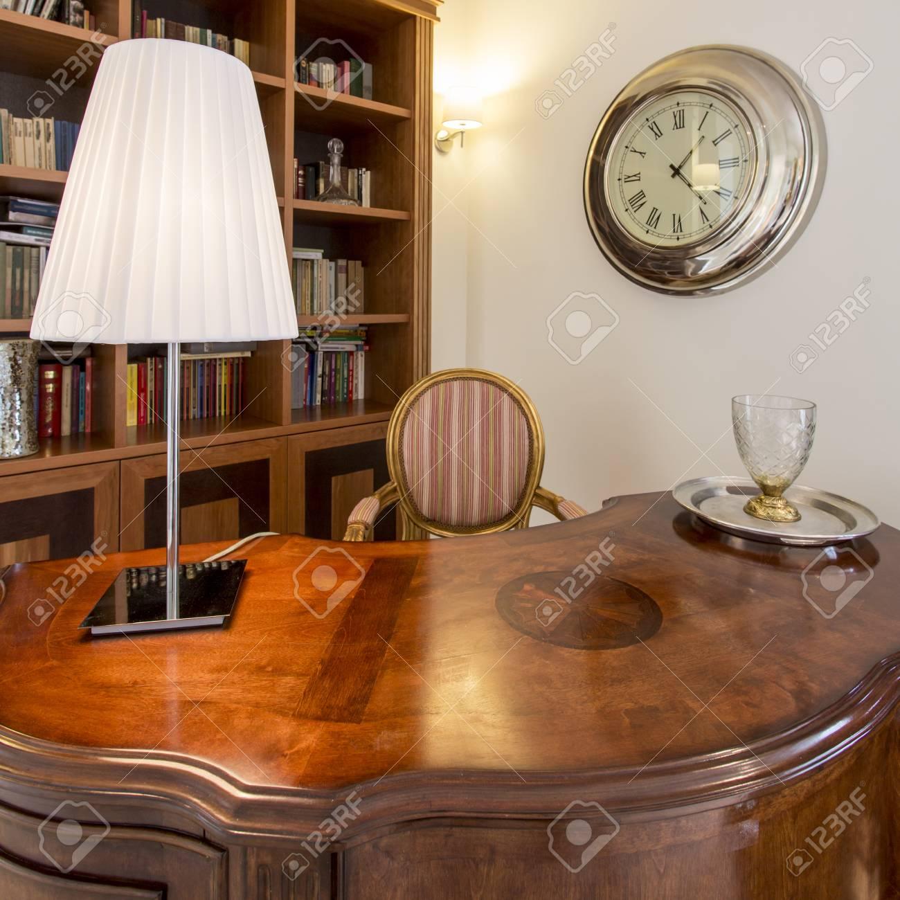 Finest Banque Dimages Bureau Lgant Avec Dartisanat En Bois De Style Colonial Lampe Et Chaise Rembourre With