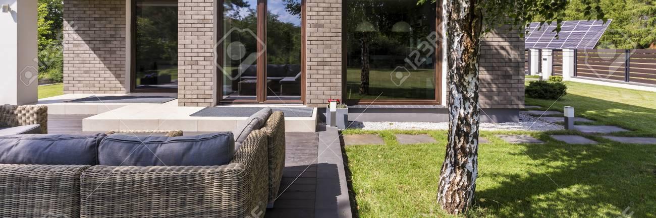 Tiro De Un Patio En La Parte Trasera De La Casa Con Cómodos Muebles ...