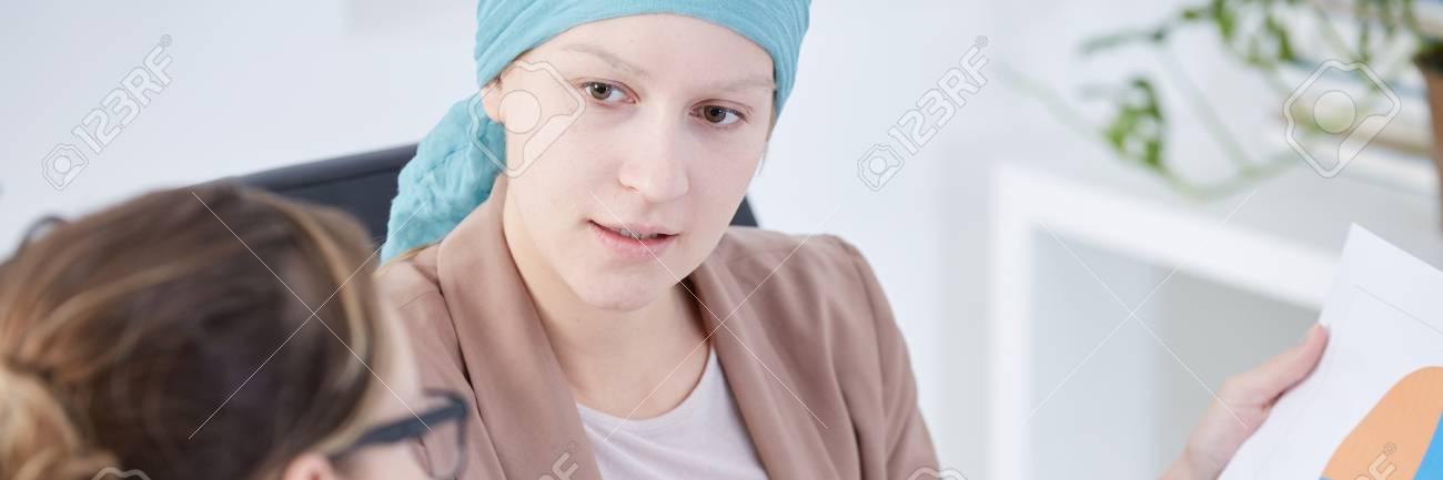 Mujer Esperanzada Con Cáncer Hablando Con Asistente De Salud Sobre ...