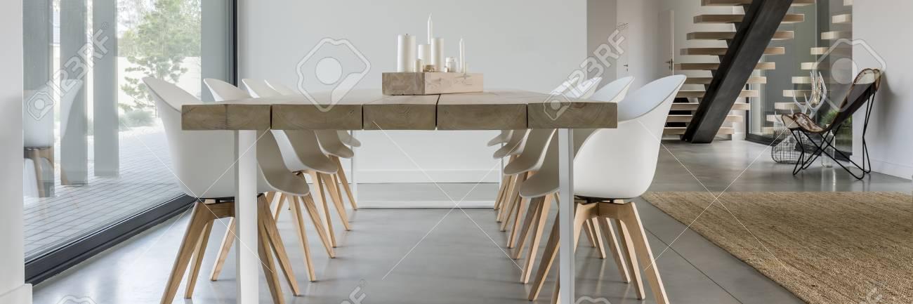Table En Bois Avec Des Chaises Modernes Blanches A Cote De La