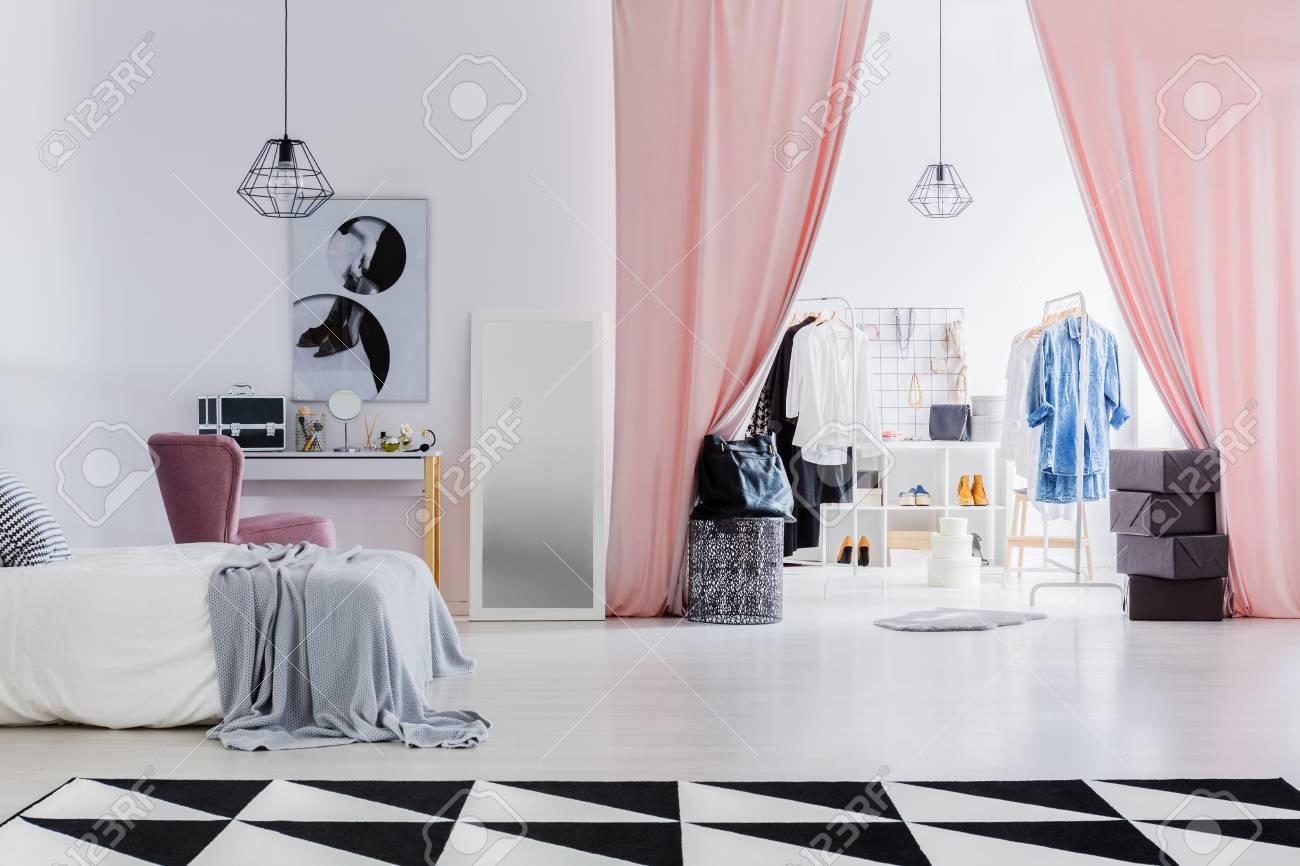 Dressing avec des rideaux roses connectés avec une chambre blanche