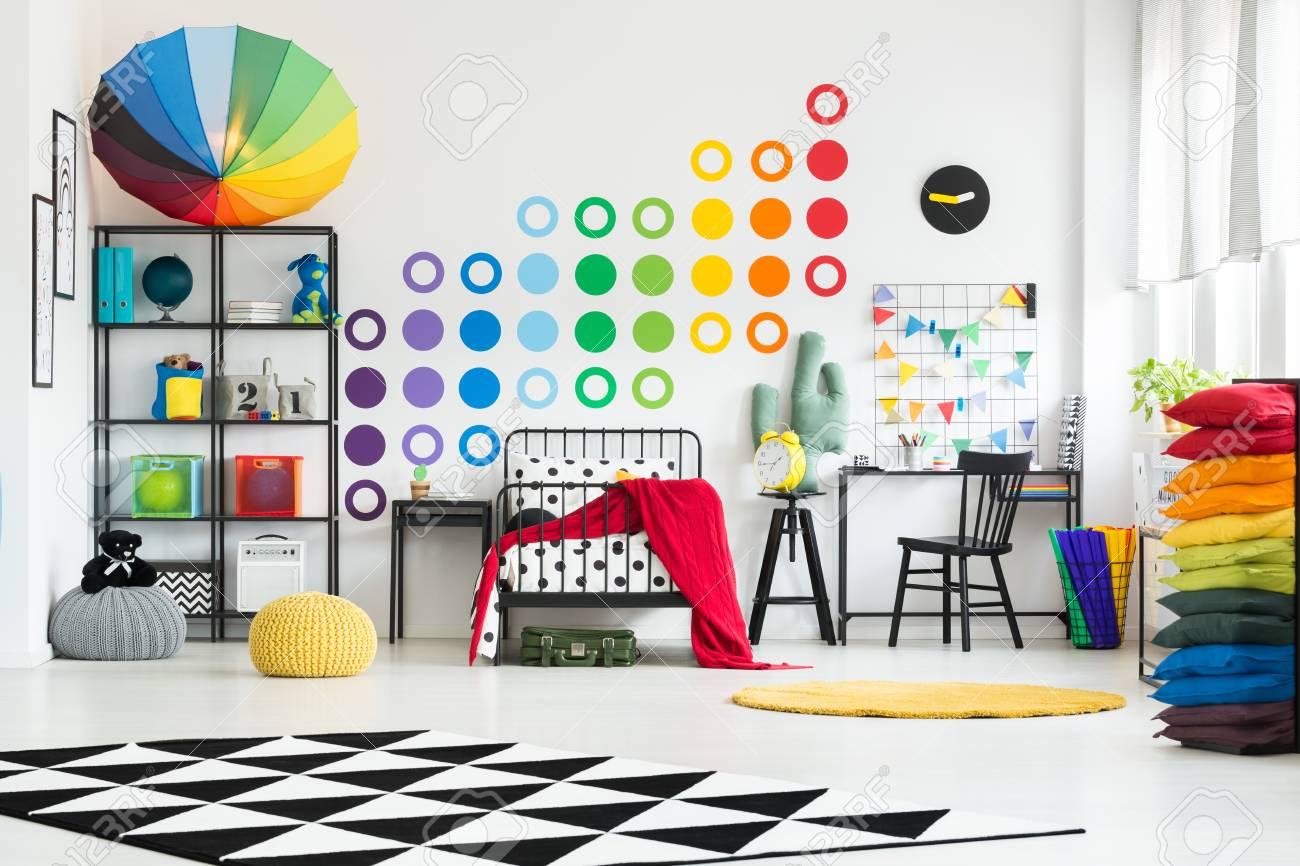 Tapis noir et blanc et tapis jaune dans une chambre lumineuse avec des  points colorés et arc de soleil