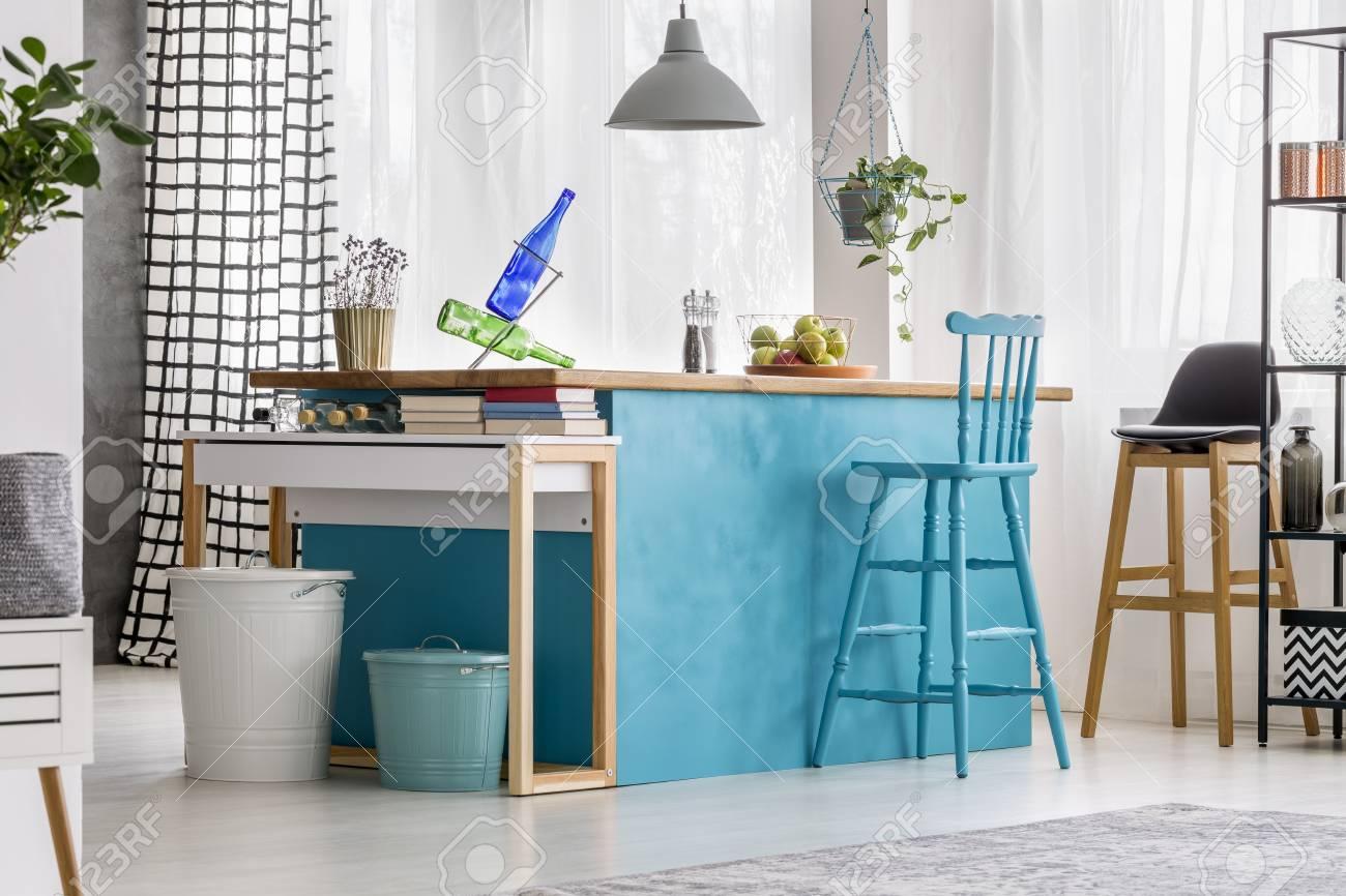 Tabouret De Bar Bleu A La Table Peinte Et Lampe Grise Dans La