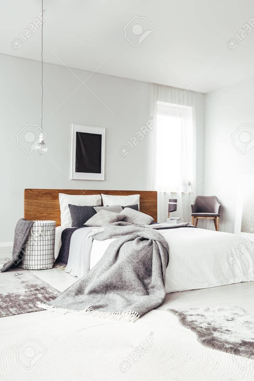 Affiche Noire Sur Un Mur Blanc Avec Espace Copie Au Dessus Du Lit