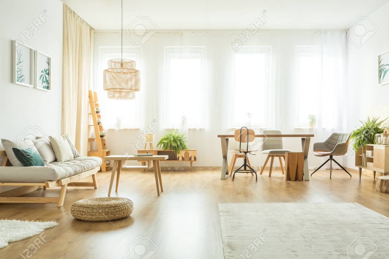 Wohnzimmer beige sofa  Puff Neben Beige Sofa Mit Kissen Im Hellen Wohnzimmer Interieur Mit ...