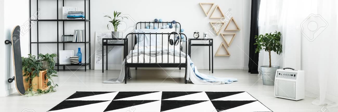 Chambre de garçon blanc moderne avec décoration en noir et blanc et  mobilier en métal