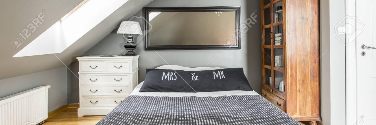 Chambre Simple Pour Couple Marie Avec Grand Miroir Suspendu Au Mur Au Dessus D Un Lit King Size