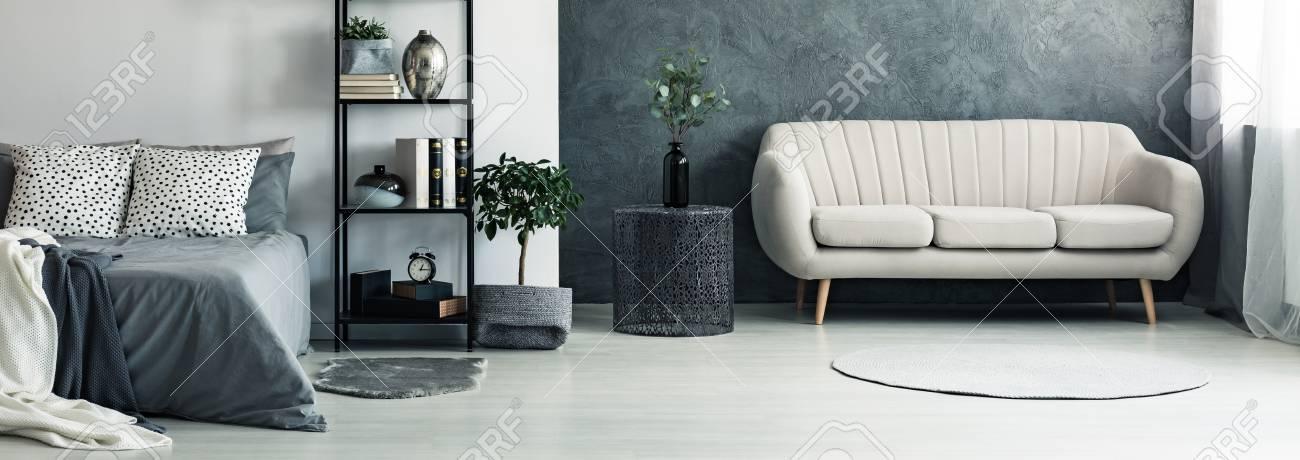 Canapé Beige Et Vase Sur Une Table En Métal Dans Une Chambre Gris ...