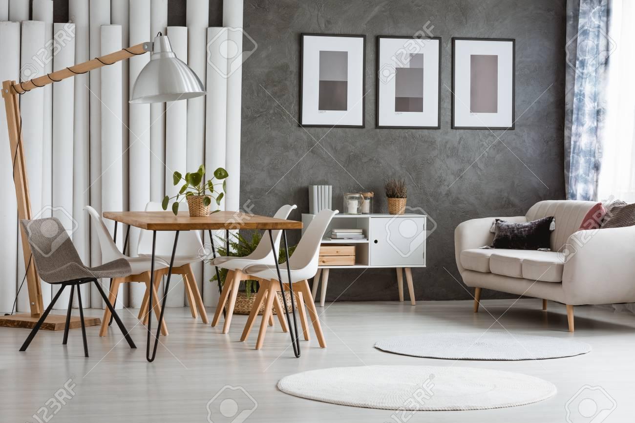 Weisse Runde Teppiche Im Hellen Wohnzimmer Mit Schrank Unter Beige