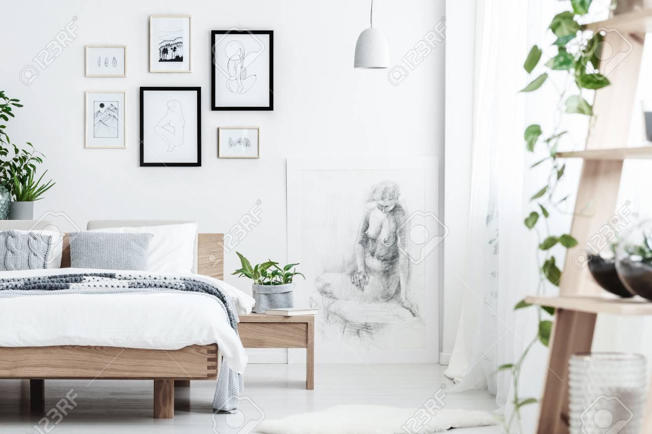 Dessin Sur Le Mur Blanc De L 39 Interieur Simple Chambre Avec Plante Sur Une Table En Bois A Cote De Lit Avec Des Oreillers Banque D Images Et Photos