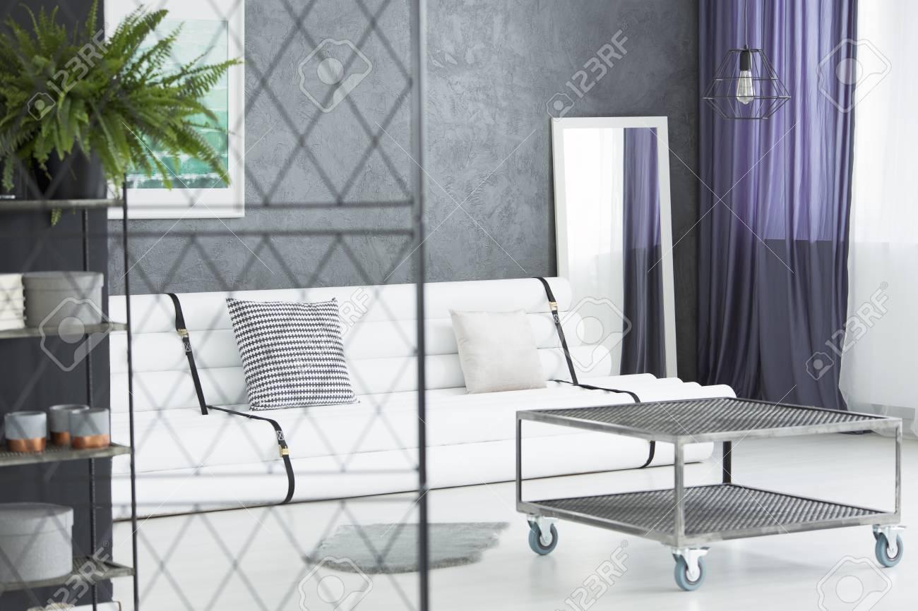 Fougere Sur Une Etagere Et Un Ecran Metallique Dans Le Salon Moderne Avec Une Table Industrielle Et Un Miroir A Cote De Sac De Papier
