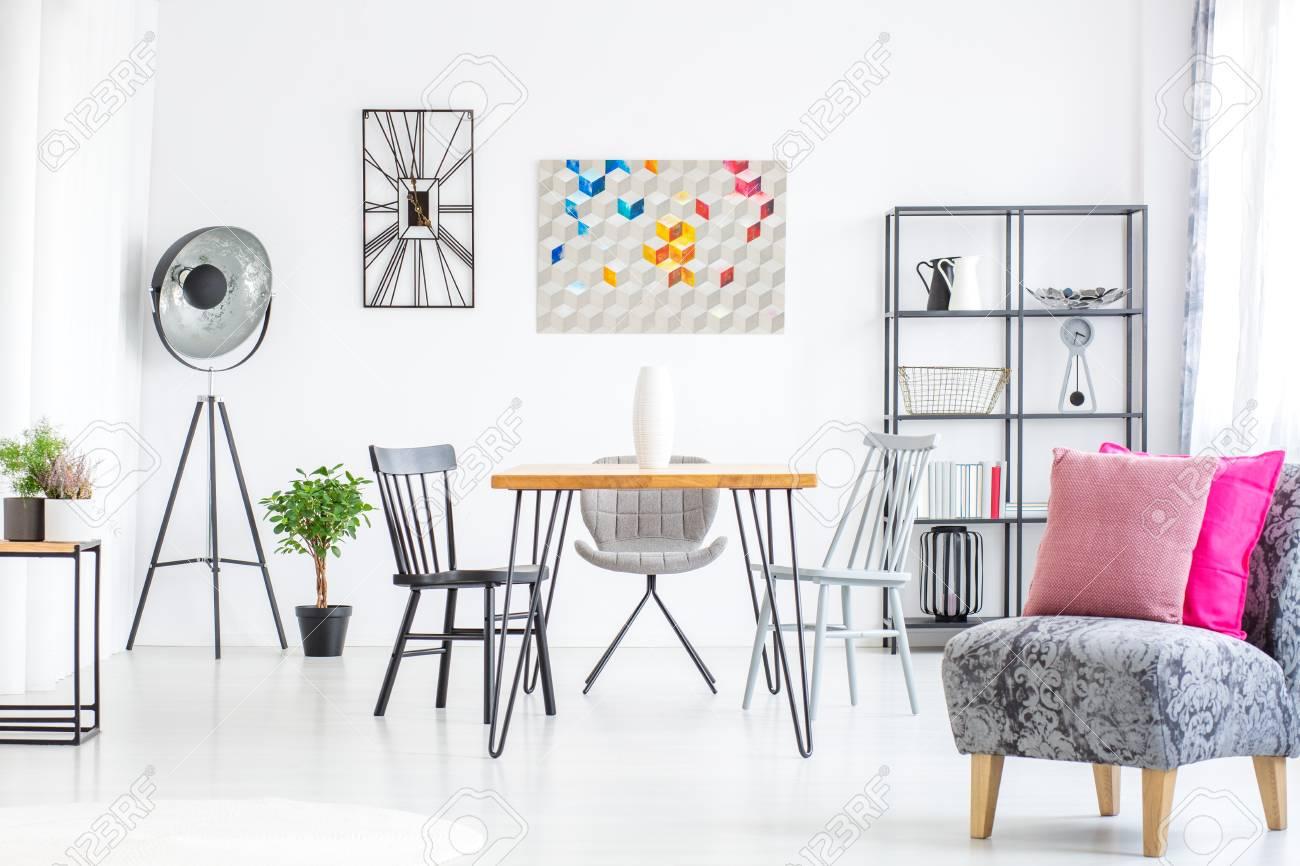 Comedor blanco extra brillante con muebles de metal gris y decoración de  diseño gráfico.