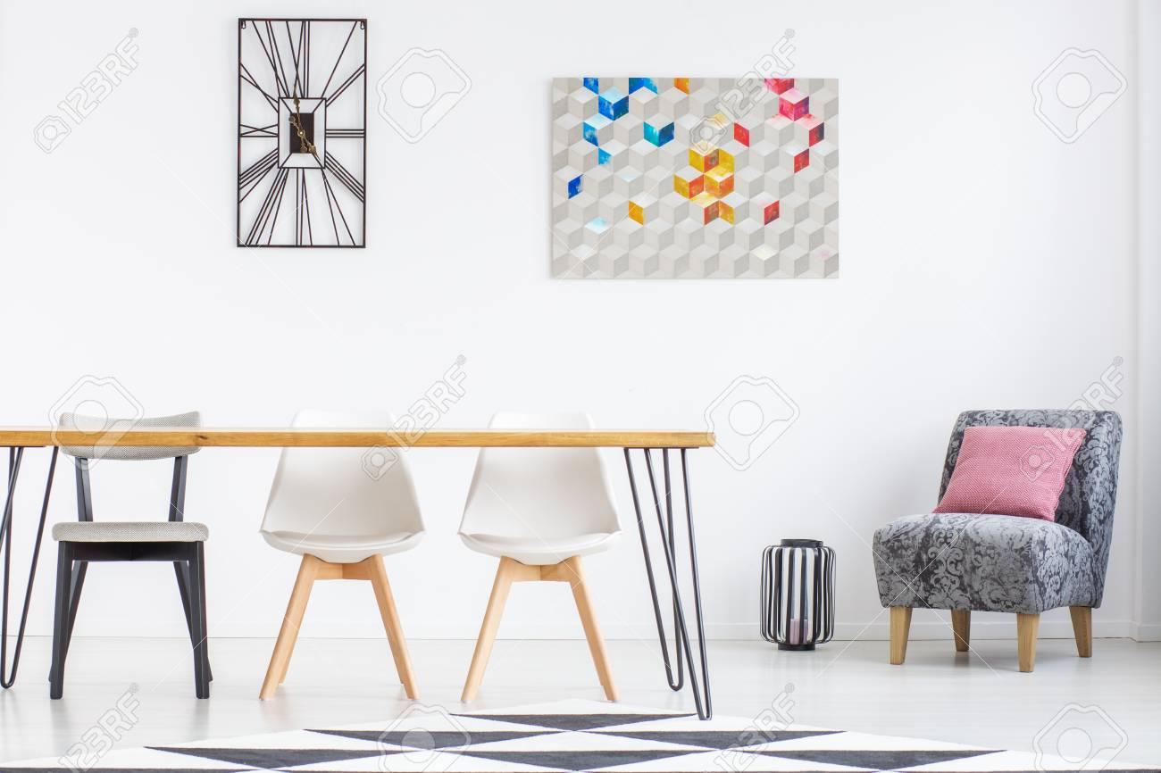 Interieur De Salle A Manger Blanche Avec Art Moderne Sur Le Mur