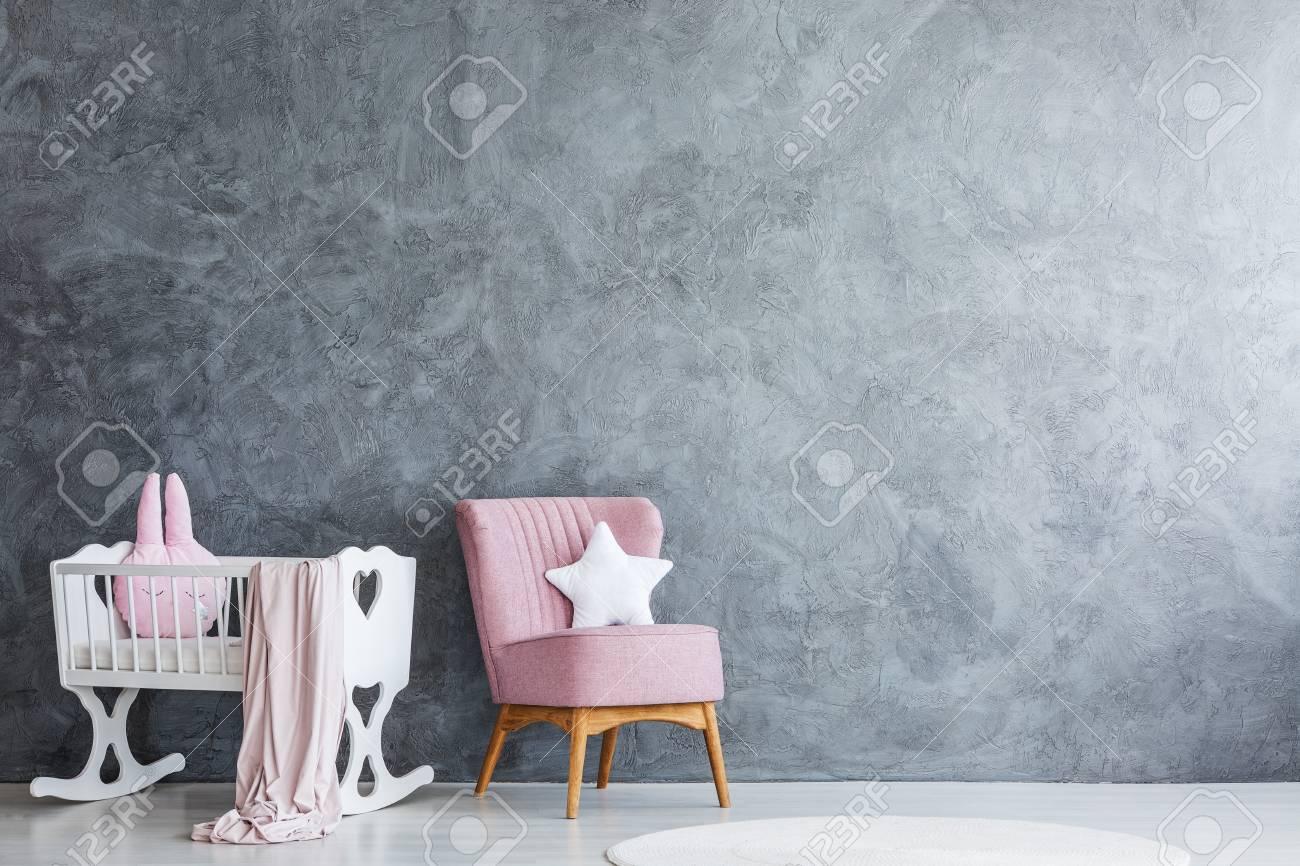Einfaches Schlafzimmer Interieur Fur Ein Neugeborenes Mit Rosa Sessel Neben Einer Weissen Holzwiege Lizenzfreie Fotos Bilder Und Stock Fotografie Image 94619315